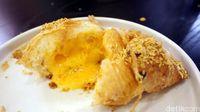 Flaky! Croissantnya renyah dengan isian saus telur asin yang gurih manis.