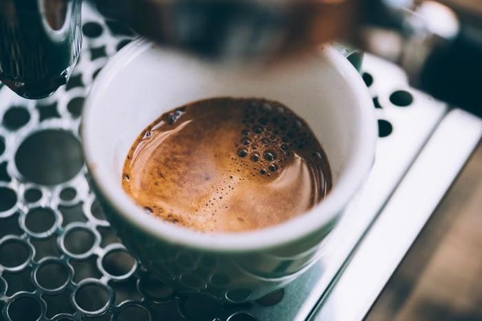 Kerja hingga tengah malam, paling pas ditemani kopi. Minuman ini bisa membuat mata wartawan melek dan tetap fokus. Ada kopi hitam yang biasanya diburu. Bisa buatan kafe atau racikan kopi instan. Foto: iStock