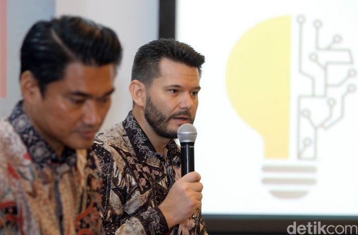 CEO PT Home Credit Indonesia Jaroslav Gaisler (kanan) bersama Chief External Affairs Home Credit Andy Nahil Gultom, memberikan keterangan mengenai pencapaian Home Credit, Jakarta, Selasa (6/2).