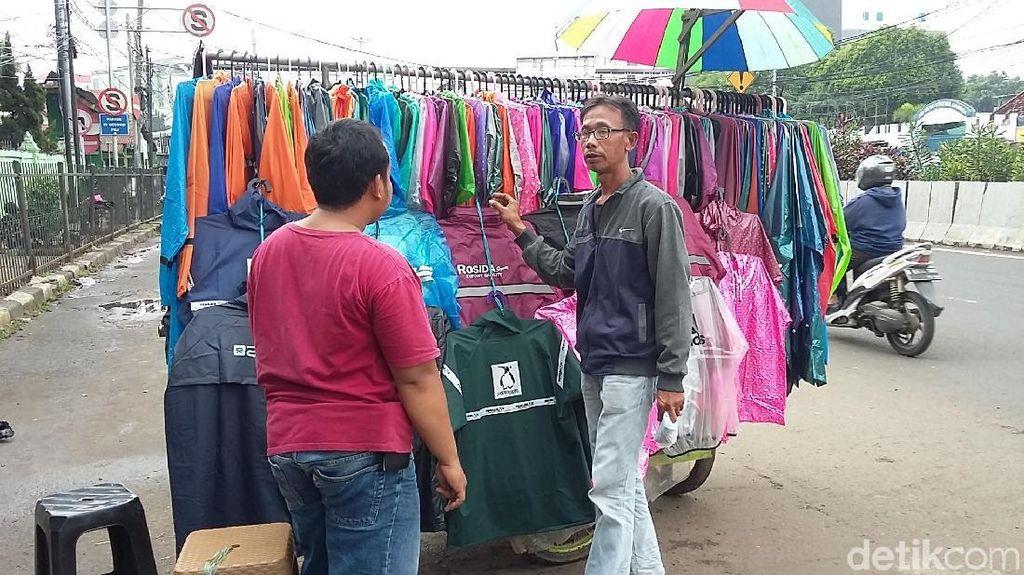 Hujan Guyur Jakarta, Penjual Jas Hujan Raup Rp 1 Juta/Hari