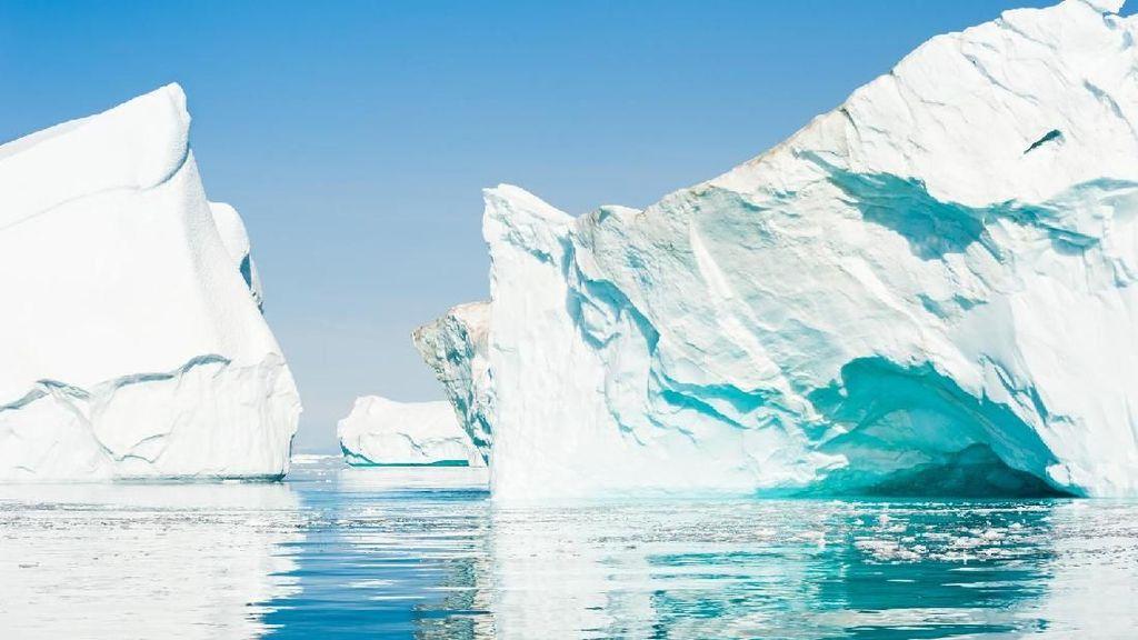 Detik-detik Gletser di Greenland Terbelah