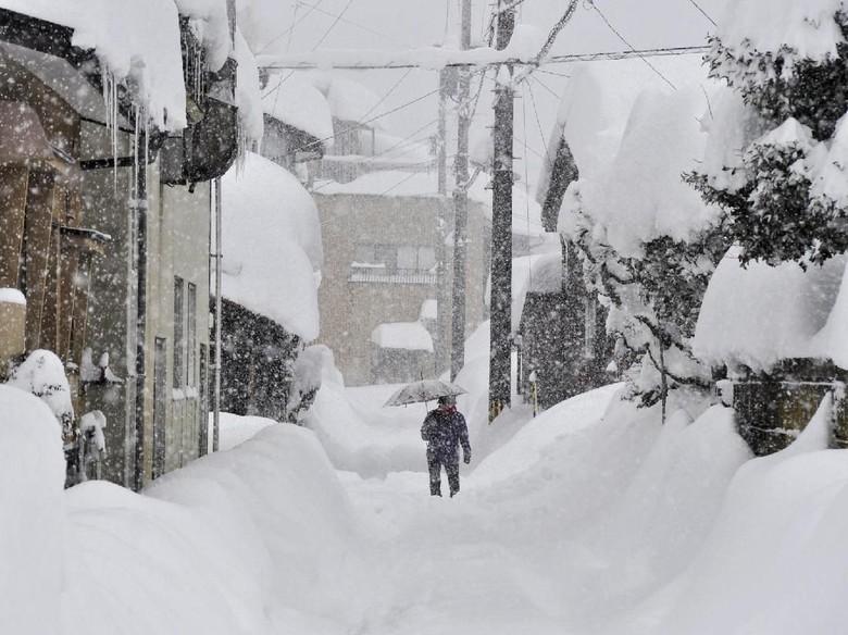1.000 Mobil Terjebak Hujan Salju Lebat di Jepang