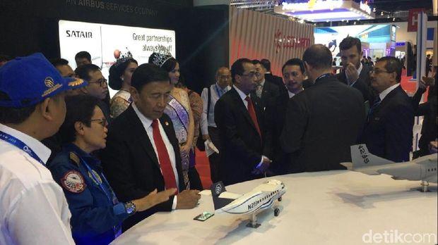 Menhub Budi Karya dan Menko Polhukam Wiranto di Booth PTDI, di Singapore Airshow 2018