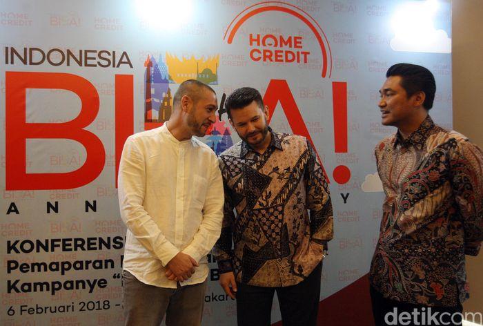 CEO PT Home Credit Indonesia Jaroslav Gaisler (tengah) berbincang dengan Chief External Affairs Home Credit Andy Nahil Gultom (kanan) dan Chief Marketing & Strategy Officer Home Credit Miroslav Hlavac, usai memberikan keterangan mengenai pencapaian Home Credit, Jakarta.