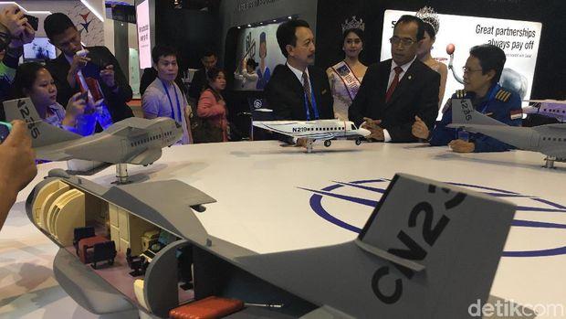 Menhub Budi Karya di Booth PTDI, di Singapore Airshow 2018