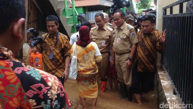 Pakai Sepatu Boots, Anies Tinjau Banjir Kampung Arus Cawang
