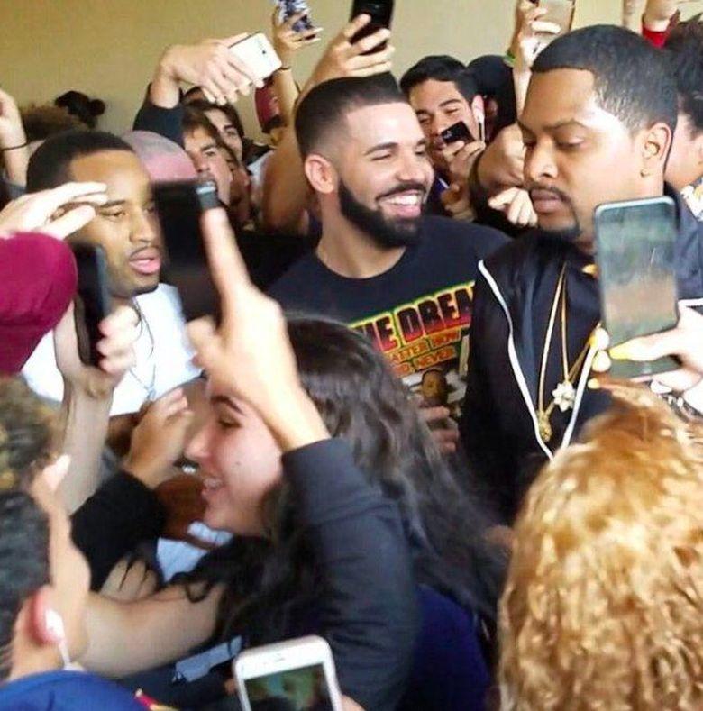 Para siswa di Miami, Amerika Serikat langsung histeris ketika mereka tahu Drake menyambangi sekolahnya. Foto: Twitter