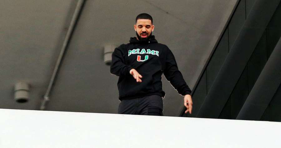 Teriakan Histeris Siswa yang Sekolahnya Dikunjungi Drake