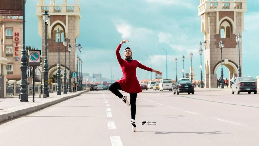 Viral, Balerina Berhijab Mesir Dobrak Tradisi Menari Balet di Tengah Kota