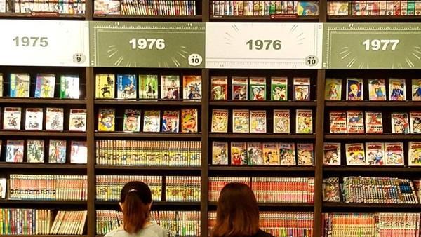 Koleksi komik dan manga di sini dikelompokan berdasarkan genre dan tahun terbitnya. Sehingga pengunjung dengan ngampang memilih komik yang ingin dia baca (pano.apos/Instagram)