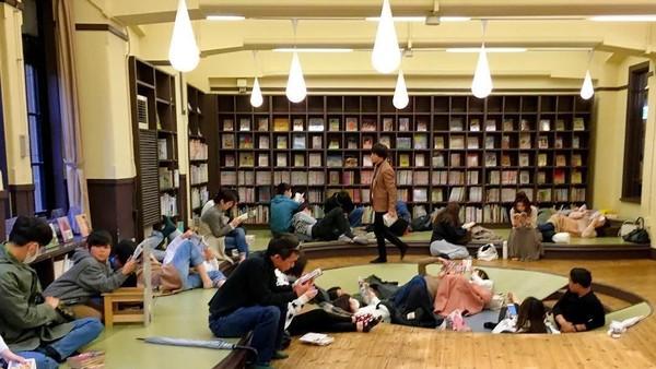 Selain melihat koleksi manga dan komik, pengunjung juga bisa membaca komik yang diinginkan (aleivae/Instagram)