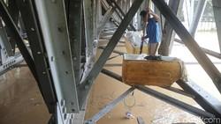 Sisi lain Kota Jakarta selalu menyimpan cerita. Saat sebagian wilayah dilanda banjir, ada kehidupan di kolong jembatan yang tetap berjalan seperti biasa.