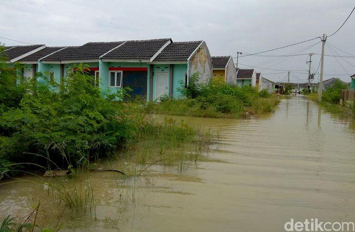 Dari pantauan detikFinance di lokasi, air keruh berwarna coklat menggenangi jalanan dan sampai masuk ke rumah-rumah warga.