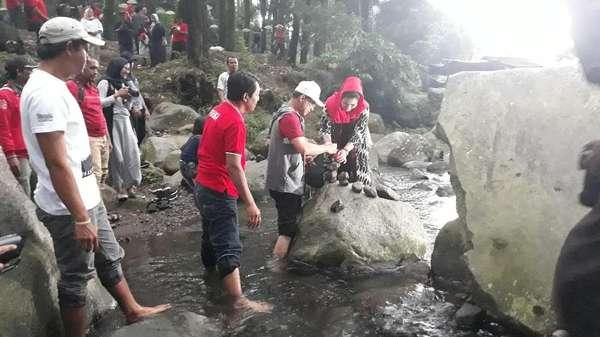 Puti Soekarno Ikut Main Seni Batu Bersusun di Sungai di Ngawi