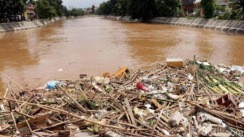 2.000 Ton Sampah Diangkut dari Ciliwung, dari Batang Pohon hingga Kulkas