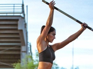 Foto: Liburannya Allison Stokke, Atlet Lompat Galah yang Cantik