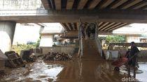 Onggokan Sampah Sisa Banjir di Rawajati Jaksel