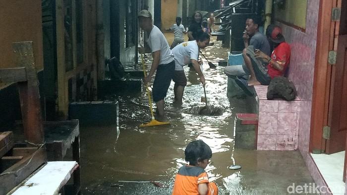 Kondisi banjir di Kampung Melayu, Rabu (7/2/2018) pukul 16.00 WIB. (Seysha-detikcom)