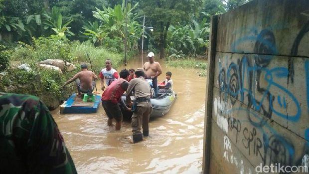 Evakuasi nenek Siti di Kampung Arus, Cawang, Jaktim, Rabu (7/2/2018)