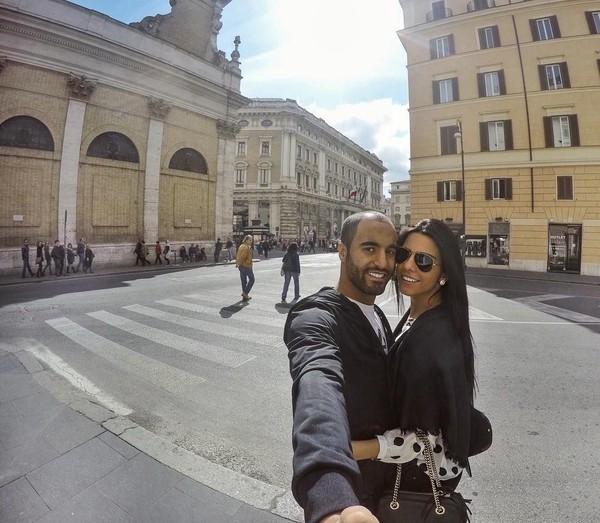 Begitu juga saat mereka di Roma, Italia. Mereka asyik selfie pakai tongsis lho! (Instagram/Larissa Saad)