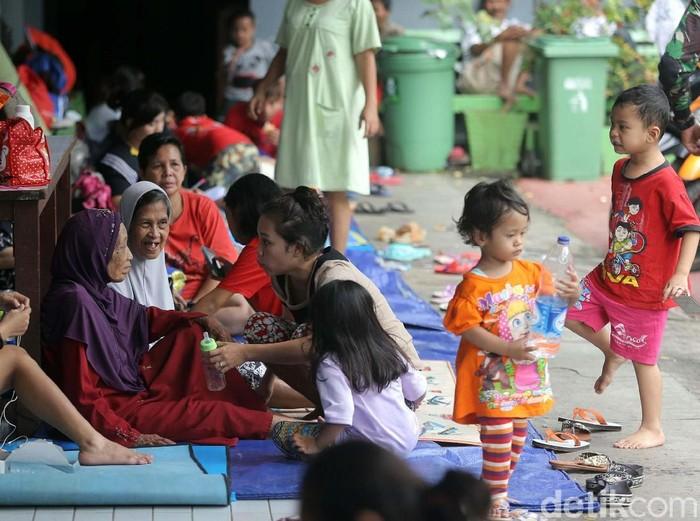 Menkes mengimbau untuk menjaga kebersihan tempat pengungsian banjir agar terhindar dari penyakit. Foto: Agung Pambudhy
