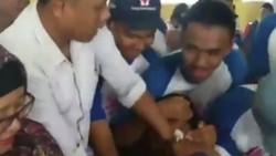 Setelah viral polisi takut disuntik, sekarang beredar video siswa SMK takut akan hal sama. Aksinya berontak, teriak, hingga lemas seperti pingsan bikin lucu.