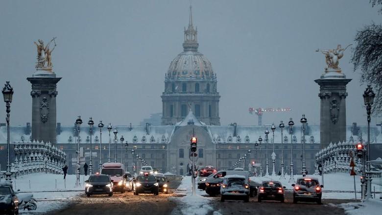 Foto: Penampakan Salju Lebat yang Lumpuhkan Paris