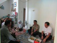 Polisi Silaturahmi ke Ortu Mukhmainna Korban Longsor Soekarno-Hatta