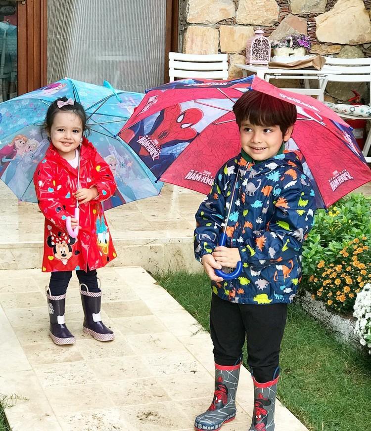 Kompaknya kakak adik ini. Udah siap dengan kostum lengkapnya di kala hujan. (Foto: Instagram/ @drselinalponat)