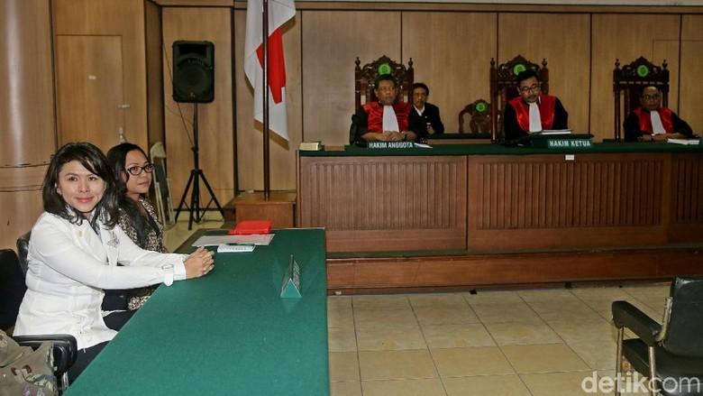 Foto: Vero yang Kembali Mangkir dari Sidang Cerai dengan Ahok
