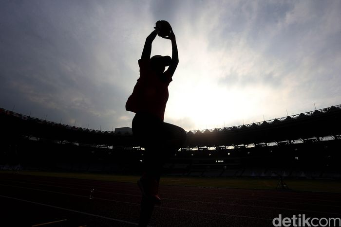 Atlet-atlet atletik menggelar latihan di Stadion Utama Gelora Bung Karno (SUGBK), Senayan, Jakarta, Rabu (7/2/2018).