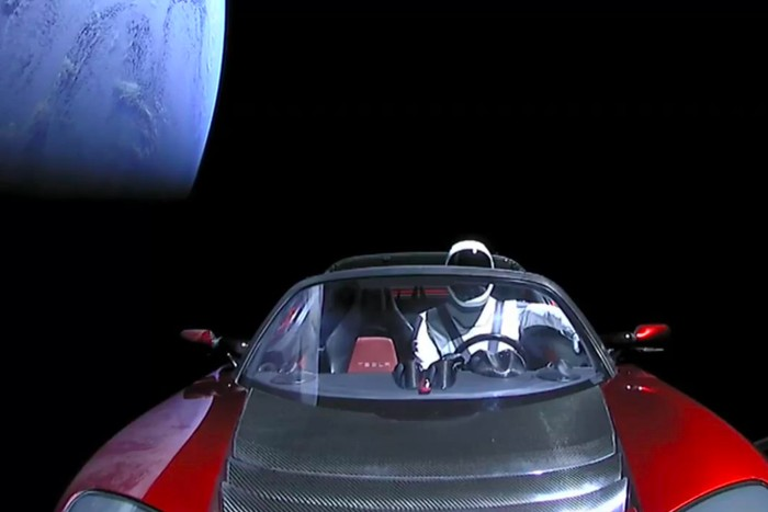 Star Man dan Tesla Roadster arungi angkasa. Foto: istimewa