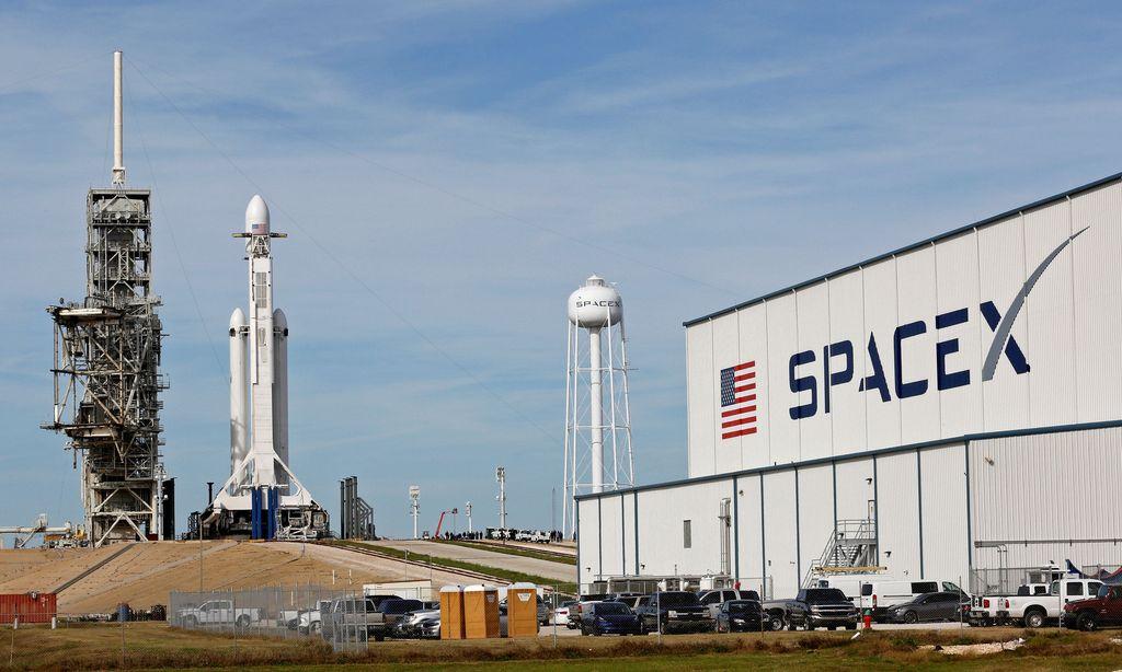 Inilah roket Falcon Heavy besutan SpaceX beberapa saat sebelum mengangkasa di Kennedy Space Center di Cape Canaveral, Florida. Foto: Reuters