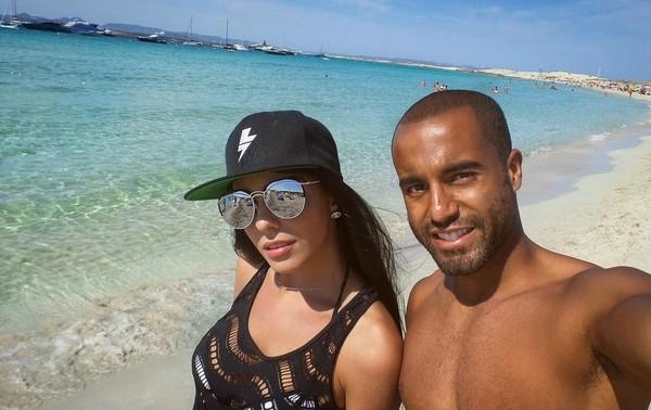 Pantai memang jadi lokasi liburan favorit bagi keduanya. Maklum, Larissa dan Lucas berasal dari Brasil, negara yang dikenal dengan bentang pantainya yang eksotis dan indah. (Instagram/Larissa Saad)