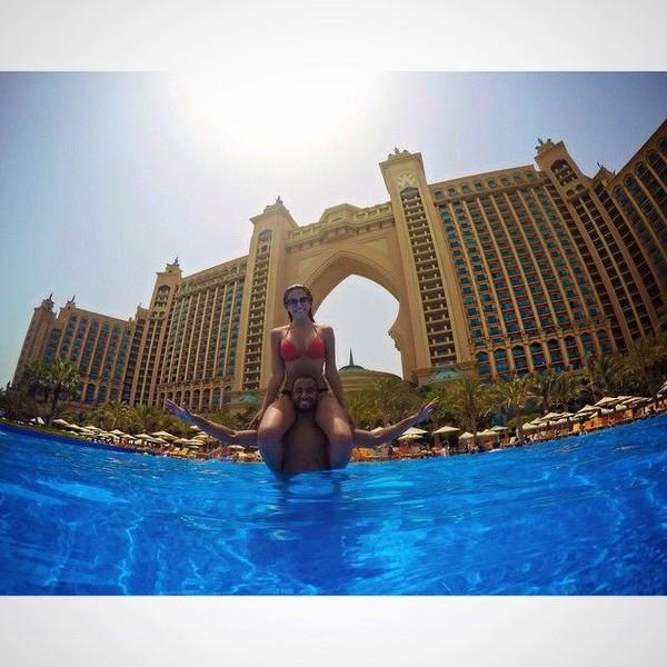 Saat jeda kompetisi, Lucas mengajak Larissa liburan ke Dubai. Mereka asyik main air di Atlantis The Palm Hotel, Dubai. (Instagram/Larissa Saad)