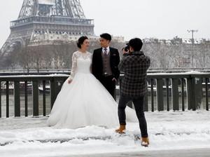 Foto: Tetap Asyik Foto Prewedding Saat Paris Diselimuti Salju