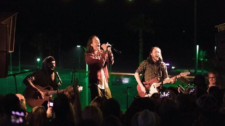 Incubus Buka Konser di Jakarta dengan Glitterbomb