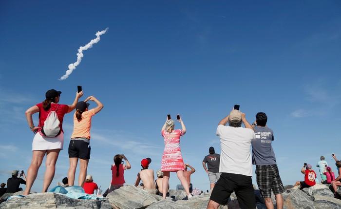 Antusias menonton peluncuran Falcon Heavy. Foto: Reuters
