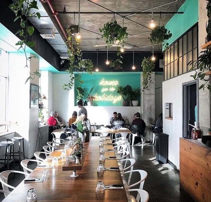 Dinding kaca dan tanaman dalam pot gantung ada di berbagai sudut memberi suasana sejuk. Meski bergaya industrial kafe yang berlokasi di 401 W. 25th St., New York ini memberi sentuhan alami.Foto: Instagram Citizens of Chelsea