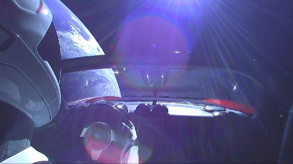 Begini penampakan Starman saat berada di luar angkasa mengemudikan Tesla Roadster. Foto: YouTube