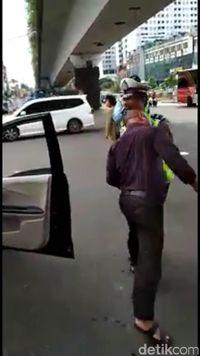 Tak Terima Ditegur, Pengendara Mobil 'Seruduk' Polisi di Matraman