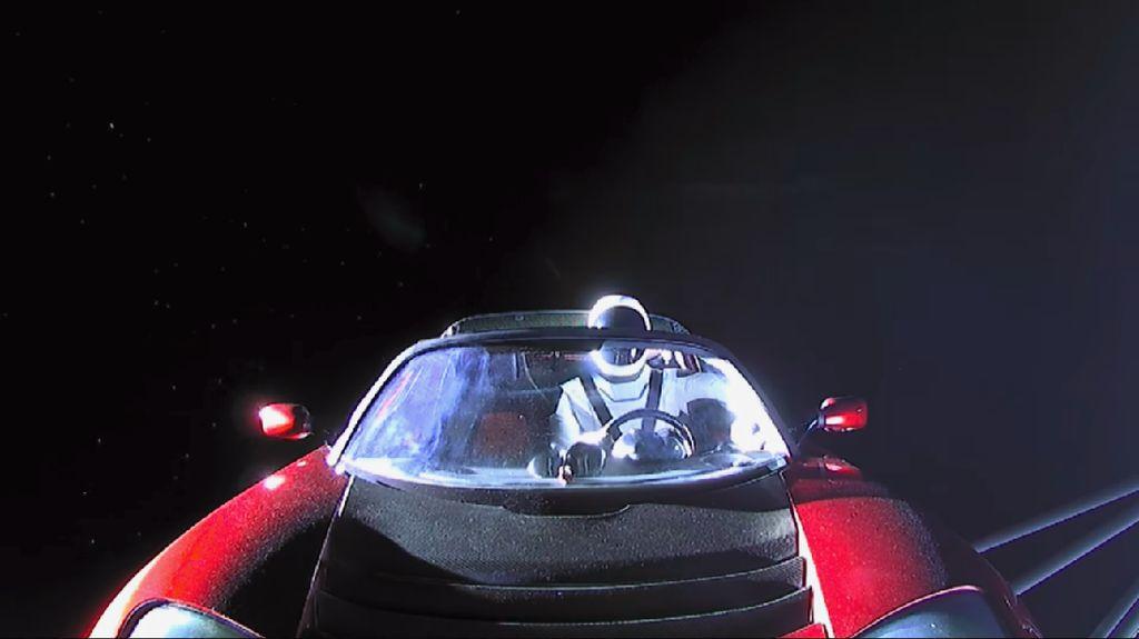 SpaceX Tunda Perjalanan Keliling Bulan