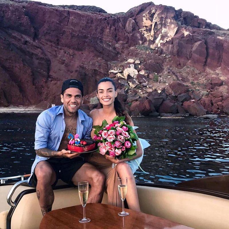 Tahun 2017 kemarin, Dani Alves menikahi Joana Sanz. Joana Sanz adalah model asal Spanyol yang cantik (Instagram/joanasanz)
