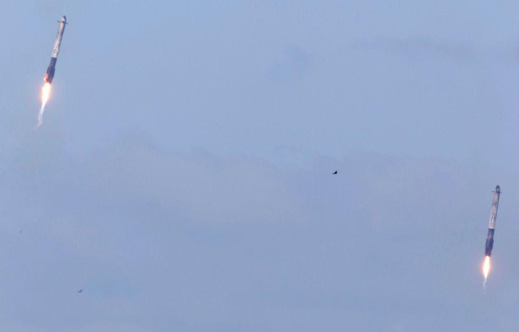 Ini adalah momen dua mesin pendorong Falcon Heavy kembali lagi ke bumi. Foto: Reuters