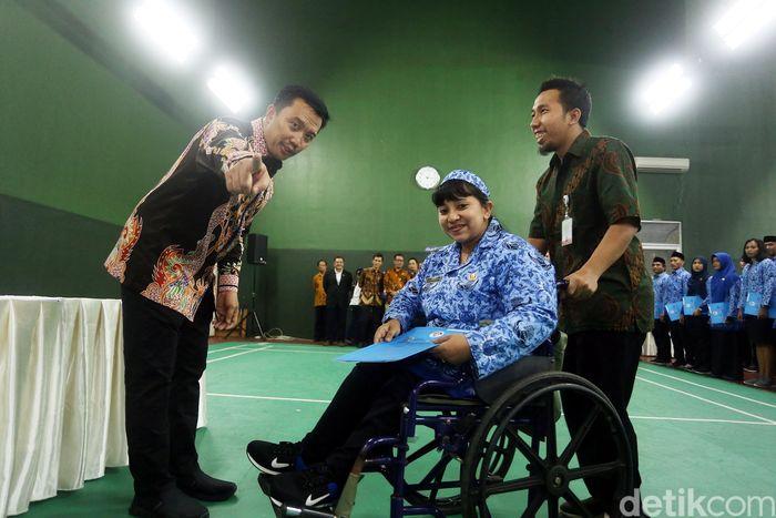 Menpora Imam Nahrawi melantik, mengambil sumpah dan menyerahkan SK PNS di dalam GOR Bulutangkis, Kemenpora, Jakarta, Rabu (7/2/2018).