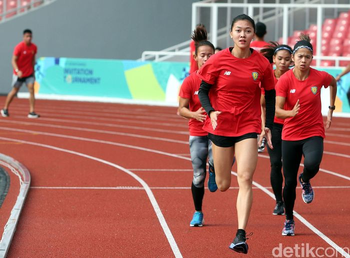Para atlet ini berlatih dan berlari mengitari lapangan.