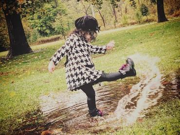 Sudah pakai boots dan mantel, main air ayok aja. He-he-he. (Foto: Instagram/ @sugarbombbaby)