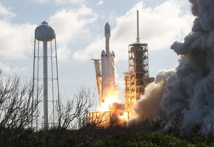 Peluncuran Falcon Heavy. Foto: Reuters