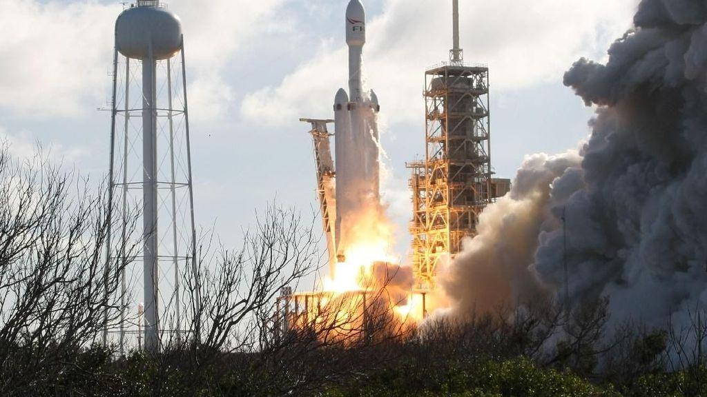 Richard Branson Iri Pada Roket Terkuat Elon Musk