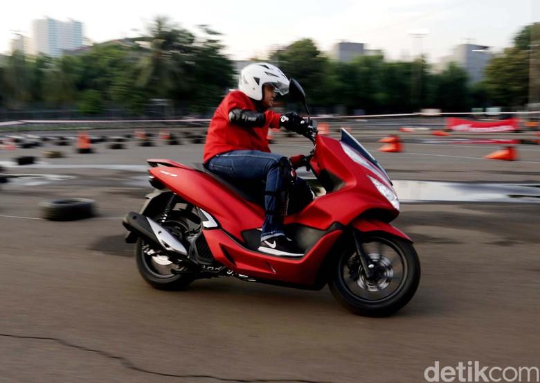 Pemotor menggunakan skutik bongsor Honda PCX. Foto: Rifkianto Nugroho